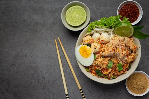 Comida tailandesa. macarrão picante ferver com carne de porco e ovo ferver