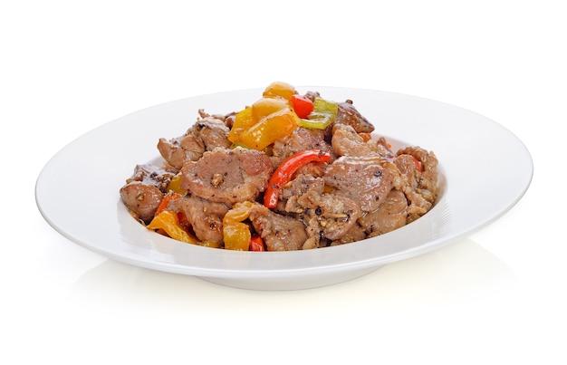 Comida tailandesa. mexa a carne de porco frita com pimenta pimenta em fundo branco