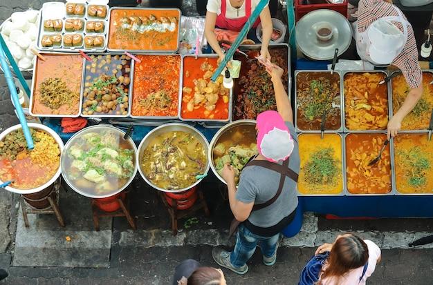 Comida tailandesa na rua oferece uma grande variedade de comida