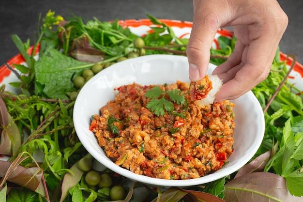 Comida tailandesa; nam prik ong ou carne de porco cozida com tomate