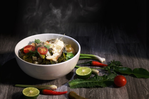 Comida tailandesa no fundo da tabela