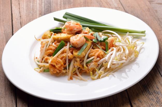 Comida tailandesa pad tailandês, frite macarrão com camarão