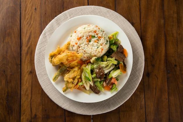 Comida tailandesa pad thai, macarrão frito com camarão, carne e vegetais