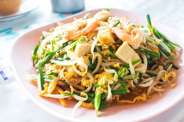 Comida tailandesa pad thai, macarrão frito no estilo padthai