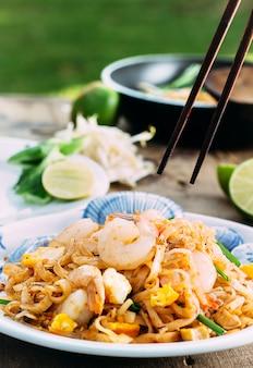 Comida tailandesa padthai quente na panela