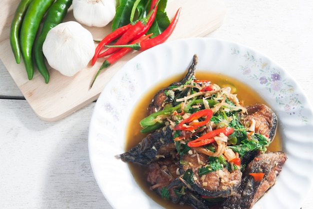 Comida tailandesa peixe de gato picante com vegetais (pla duk pad ped)
