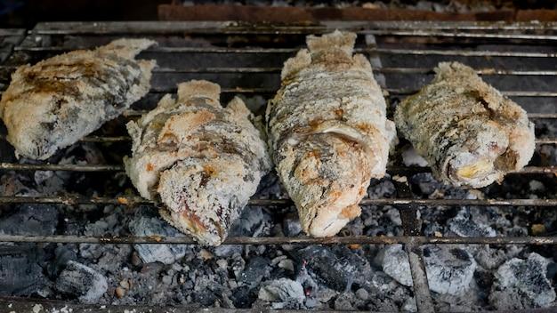 Comida tailandesa, peixe grelhado com crosta de sal