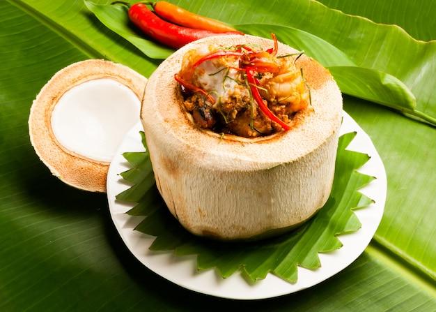 Comida tailandesa picante fria em coco