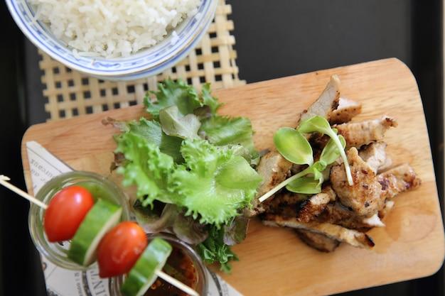 Comida tailandesa, porco grelhado com molho picante