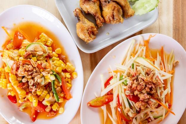 Comida tailandesa salada de milho, salada de papaia e frango frito