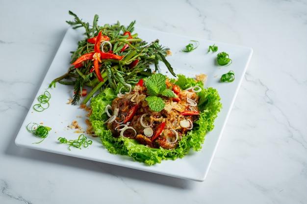 Comida tailandesa salada de ostra fresca picante