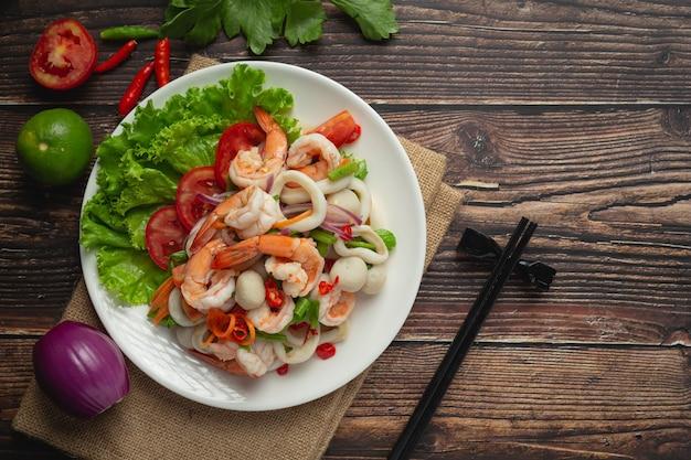 Comida tailandesa; salada mista de frutos do mar picante