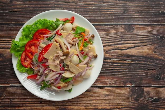 Comida tailandesa; salada mista de linguiça de porco picante com macarrão de aletria