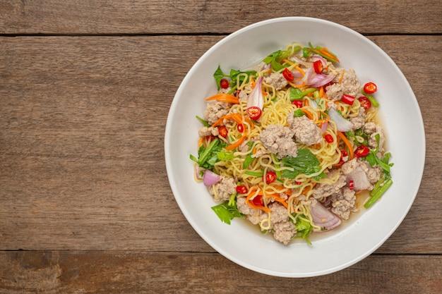 Comida tailandesa. salada picante de macarrão com carne de porco picada