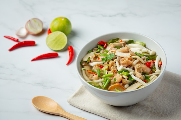 Comida tailandesa; sopa de tendão de frango picante