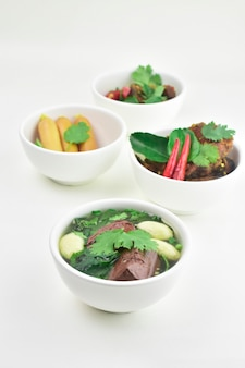 Comida tailandesa sopa limpa com sangue de porco e almôndegas