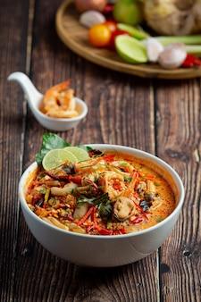 Comida tailandesa; tom yum kung ou sopa picante de camarão do rio