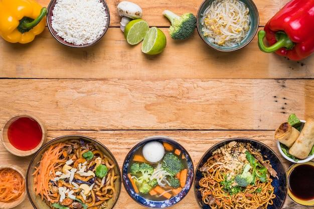 Comida tailandesa tradicional na parte inferior e superior mesa de madeira
