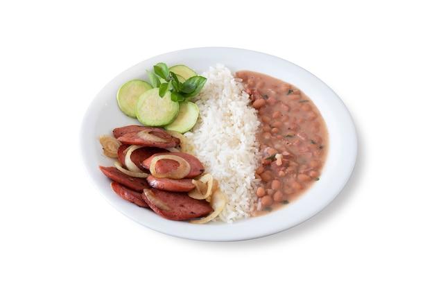Comida típica brasileira com arroz, feijão, linguiça calabresa e salada. fundo branco.