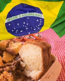 Comida típica da festa junina com bandeira do brasil. imagem conceitual de famosa festa cultural brasileira. espaço para texto.