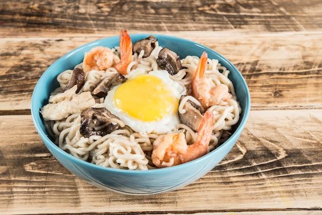Comida típica do ano novo, macarrão udon com cogumelos e camarão
