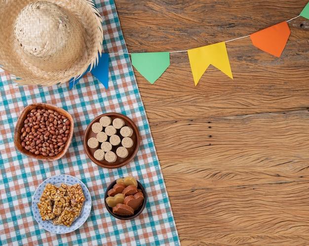 Comida típica do festival de junho. festa junina com espaço de cópia.