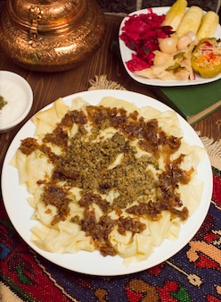 Comida tradicional caucasiana, khinkali, khingal servido com turshu.