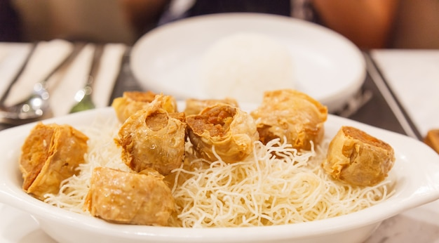Comida tradicional chinesa tailandesa: deep fried crab meat rolls em folhas de tofu
