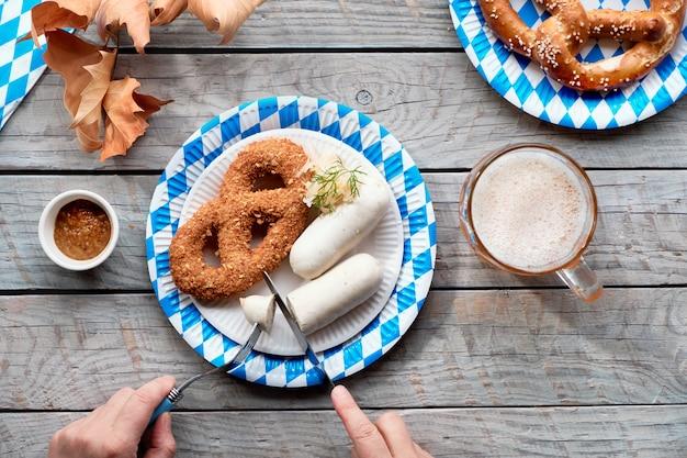 Comida tradicional da oktoberfest e cerveja, plana colocar na mesa de madeira