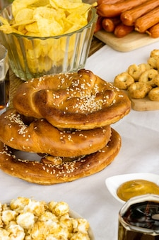 Comida tradicional de festa de outubro. pretzels alemães com vários petiscos