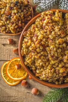 Comida tradicional de natal da europa oriental, russa, ucraniana, eslava, kutya doce, com frutas secas, sementes de papoula e nozes