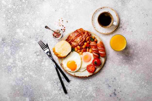 Comida tradicional de pequeno-almoço inglês