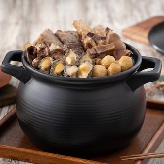 Comida tradicional do ano novo lunar chinês, buda pula por cima da parede, prato de sopa de caçarola chinesa, tentação de buda, chamado fo tiao qiang, close-up.