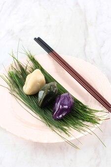 Comida tradicional do dia de chuseok, bolo de arroz em forma de meia lua coreana ou songpyeon. feito de farinha de arroz coreano com semente de gergelim ou nozes picadas, mel ou pasta de feijão vermelho