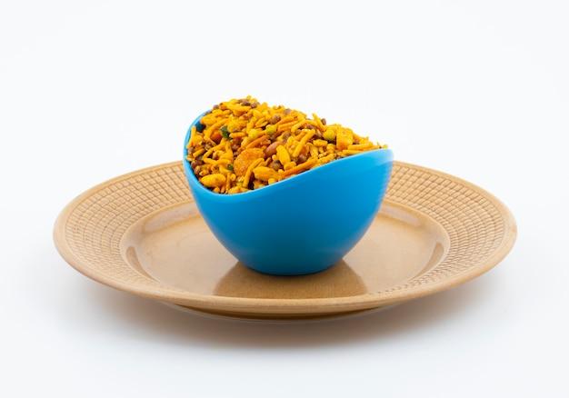Comida tradicional indiana namkeen em branco