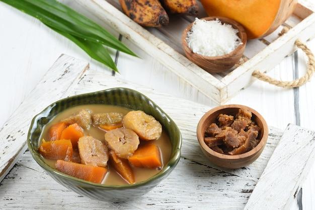 Comida tradicional indonésia de kolak pisang muito popular durante o mês de ramadã