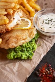 Comida tradicional inglesa com peixe e batatas fritas