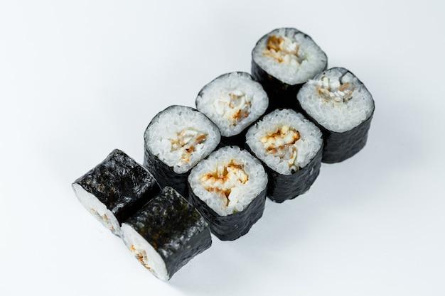 Comida tradicional japonesa. rolinhos de sushi com atum fresco, abacate e cream cheese e molho de soja