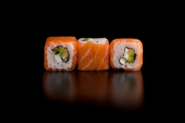 Comida tradicional japonesa - sushi com abacate, arroz, queijo cottage, salmão e cebola verde