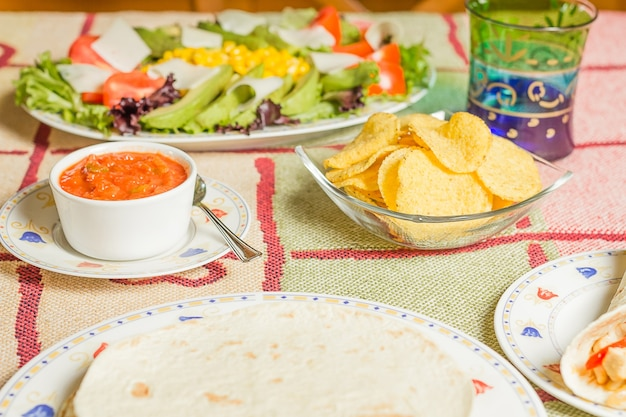 Comida tradicional mexicana com nachos e tortilhas