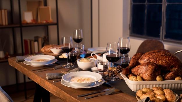 Comida tradicional servida na celebração do dia de ação de graças