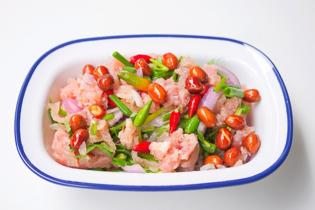 Comida tradicional tailandesa fermentada de porco moída, pimentões vermelhos e verdes frescos
