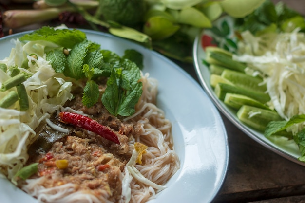 Comida tradicional tailandesa, macarrão e ingredientes de cozinha
