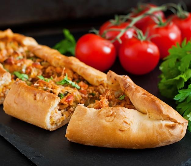 Comida tradicional turca de pide com carne e legumes