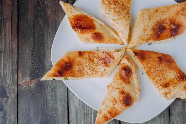 Comida tradicional turca pide. vista de cima, copie o espaço
