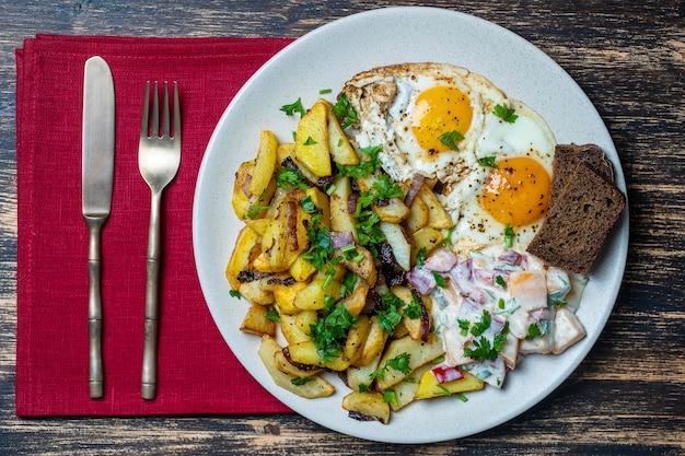 Comida ucraniana batata frita com cebola ovos fritos