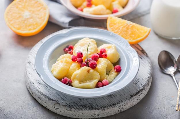 Comida ucraniana, russa, vareniki preguiçoso; nhoque de requeijão ou queijo com rcurrant cru fresco