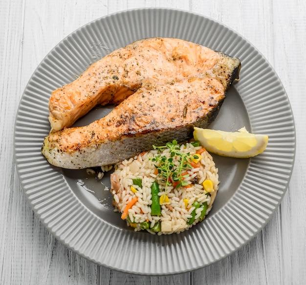 Comida útil e saborosa, salmão grelhado com legumes e arroz
