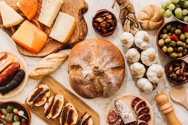 Comida variada em volta do pão
