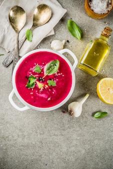 Comida vegan, gaspacho frio de verão, sopa de beterraba com limão, abacate e ervas frescas